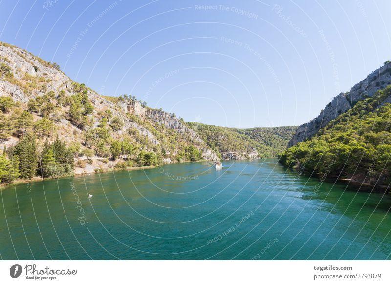 FLUSSMÜNDUNG NACH SKRADIN Wasserfahrzeug ruhig deutlich Wolkenloser Himmel Küste Kroatien fließen Idylle Landschaft Aussicht Berge u. Gebirge Natur Postkarte