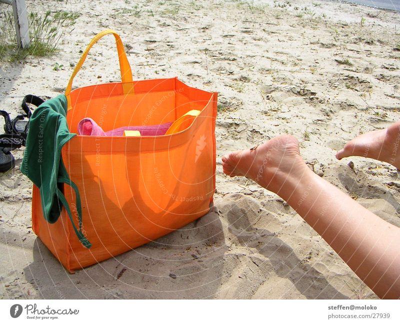 mädchen am strand Strand Sommer Freizeit & Hobby Ferien & Urlaub & Reisen Tasche Frau Wade Zehen braun weiß grün Bikini schön See Meer Sand Erholung Beine Fuß