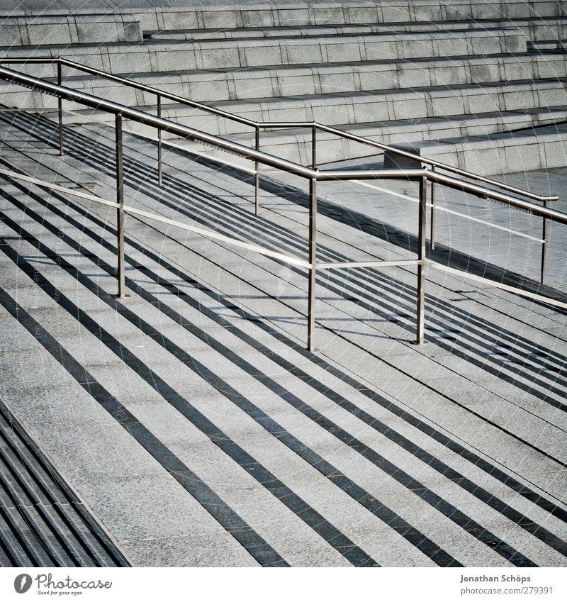 Treppengelände(r) Stadt Treppengeländer Geländer grau Beton trist Abstieg Neigung Mittagssonne Linie Geometrie Strukturen & Formen Strukturwandel Streifen