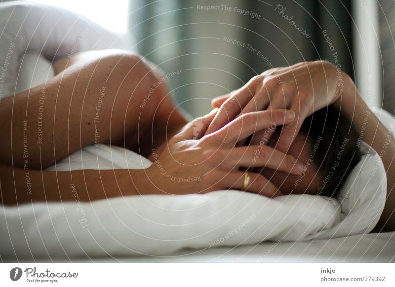 Montagmorgen Mensch schön ruhig Erwachsene Erholung feminin Leben Stil Stimmung Raum Freizeit & Hobby Lifestyle schlafen Häusliches Leben Bett weich