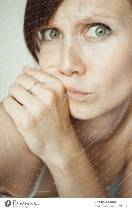 wie, schon wieder montag?! Mensch Frau Jugendliche Hand schön Freude Erwachsene Gesicht feminin Junge Frau Denken träumen 18-30 Jahre natürlich Angst verrückt