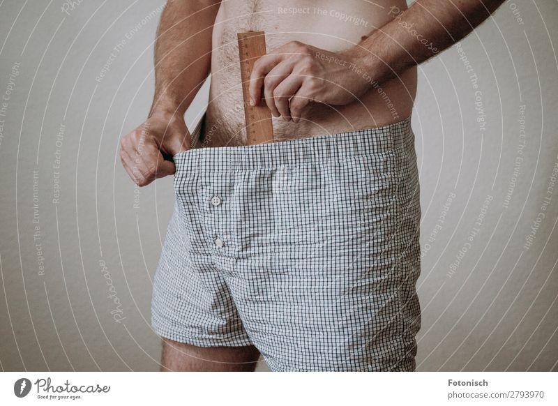 Messlatte Mensch maskulin Mann Erwachsene 1 18-30 Jahre Jugendliche Unterwäsche Männerunterhose Lineal Sex authentisch Sexualität messen Farbfoto Innenaufnahme
