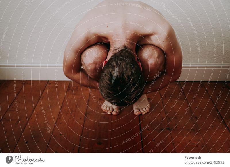 Embryo 2 Mensch maskulin Junger Mann Jugendliche Körper 1 18-30 Jahre Erwachsene hocken nackt Einsamkeit Scham ducken Farbfoto Innenaufnahme Zentralperspektive