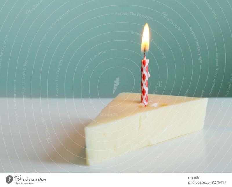 ein Stück Käsekuchen gelb Essen Feste & Feiern Lebensmittel Geburtstag Brand Ernährung Kerze Kuchen brennen Dessert Symbolismus Anlass Geburtstagstorte