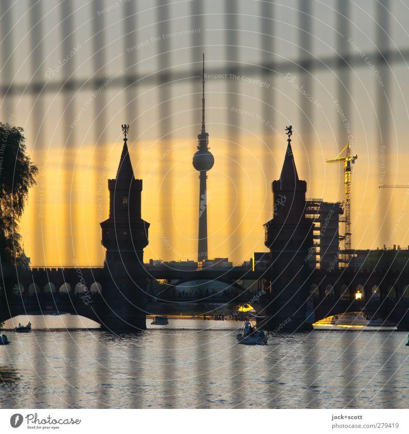 Mittendrin und dazwischen Stadt Sommer Linie Stimmung Horizont glänzend leuchten Warmherzigkeit Streifen Brücke Turm historisch Fluss Netzwerk Zaun Wolkenloser Himmel