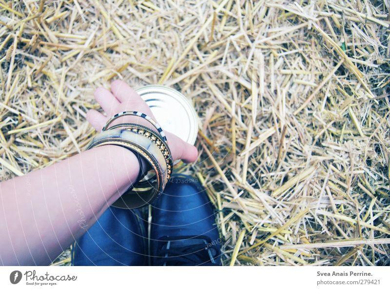 festival essen. Ernährung Ravioli feminin Junge Frau Jugendliche Arme Feld Stroh strohig Accessoire Schmuck Armreif Armband Schuhe Stiefel Dose festhalten