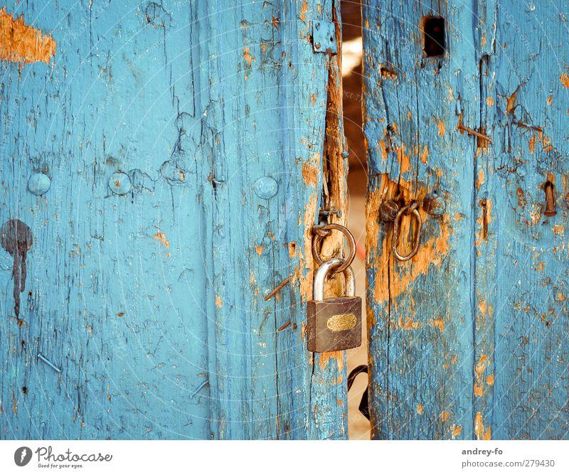 Schloss alt Armut historisch blau Kraft Wachsamkeit Angst Aggression Senior Ärger Verbote Zerstörung Tür kaputt gebrochen Diebstahl Holz Metall Metallwaren