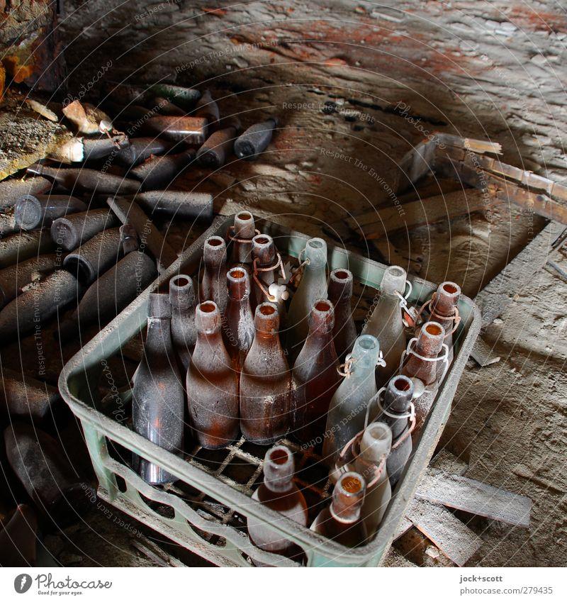 Bier ist schon lange aus Boden Kasten Flasche Bierkasten dreckig Billig kaputt braun Endzeitstimmung Nostalgie Vergangenheit Vergänglichkeit