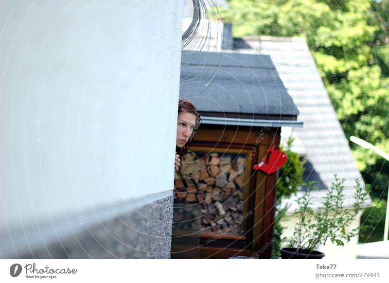 Um die Ecke gedacht Mensch feminin Junge Frau Jugendliche Gesicht Hand 1 18-30 Jahre Erwachsene Einfamilienhaus Hütte Gebäude Architektur Mauer Wand Fassade