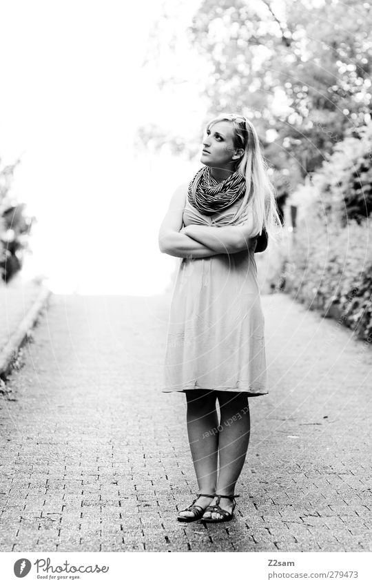 Auf der Suche nach dem Sinn elegant feminin Junge Frau Jugendliche 1 Mensch 18-30 Jahre Erwachsene Umwelt Landschaft Sommer Verkehrswege Kleid Schal beobachten
