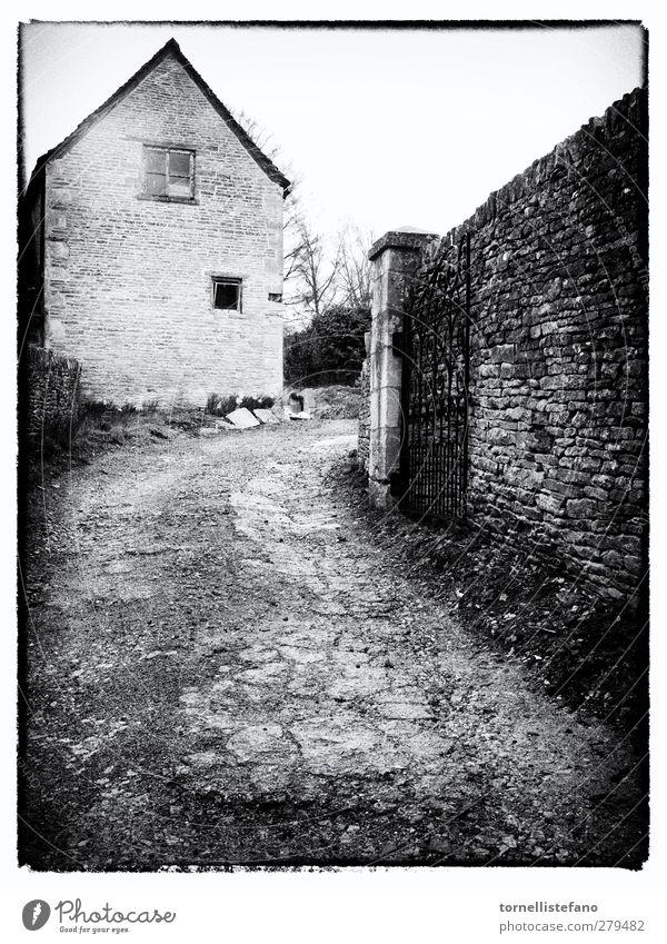 Gated Entryway in England Architektur Schwarzweißfoto Kinderbetten Land Landschaft Fahrweg Eingang Europa Zaun heimwärts Haus Unterkunft Wege & Pfade Stein