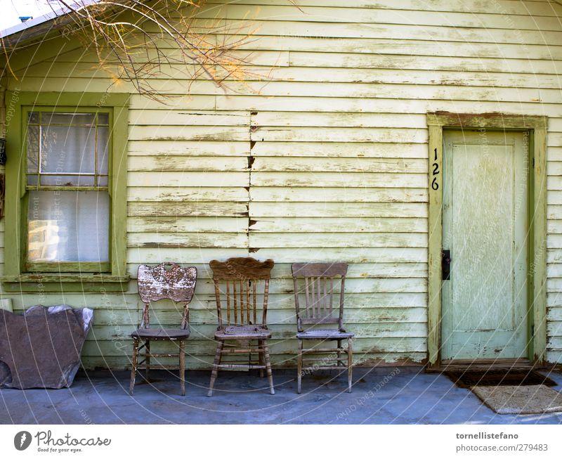 leere Stühle Hintergrundbild Landhaus schäbiger Chic alte Tür altes Fenster alte Stühle Veranda Außenbereich Konsistenz grün verwittert gelb Gebäude Nordamerika