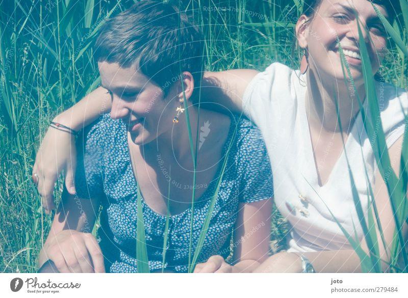 just the two of us feminin Homosexualität Junge Frau Jugendliche Schwester Freundschaft Partner 2 Mensch Frühling Sommer Schilfrohr Seeufer berühren genießen
