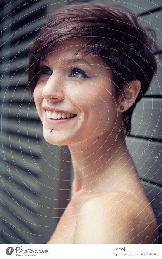 hey feminin Junge Frau Jugendliche 1 Mensch 18-30 Jahre Erwachsene Haare & Frisuren kurzhaarig schön lachen sympathisch Farbfoto Außenaufnahme Tag Porträt