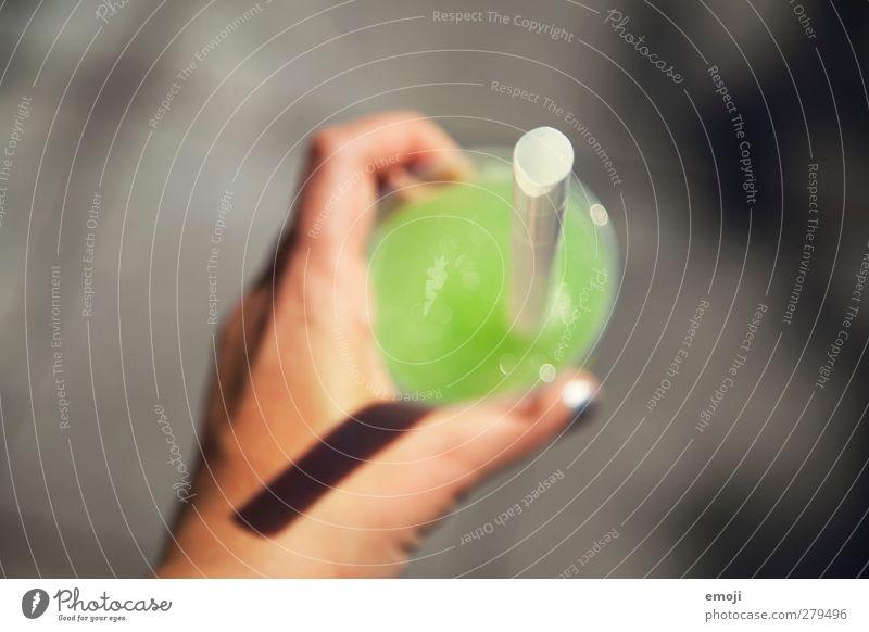 [B] Ernährung Getränk trinken Erfrischungsgetränk Limonade Saft Becher Trinkhalm Flüssigkeit lecker grün Farbfoto Außenaufnahme Menschenleer Tag