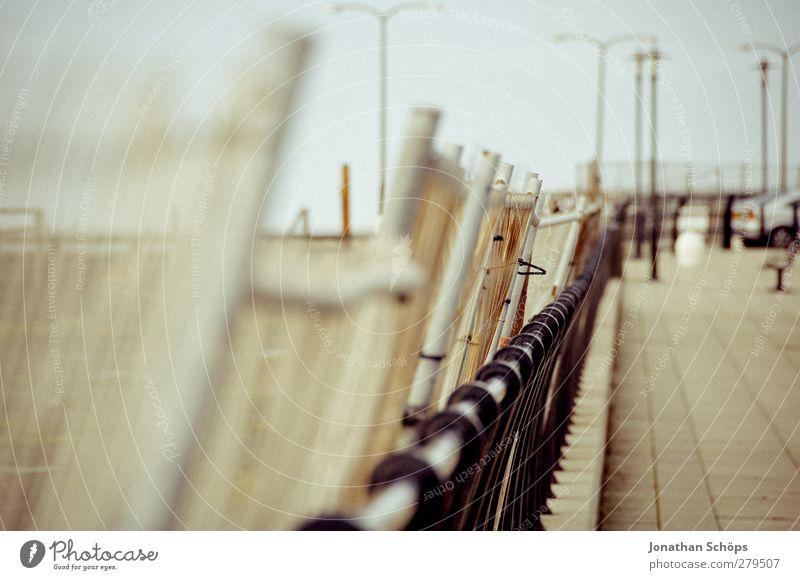 Absperrzaun Menschenleer retro braun Zaun Laterne Barriere Bauzaun Baustelle Liverpool flau matt Perspektive Fluchtlinie Monochrom bedrohlich ausdruckslos trist