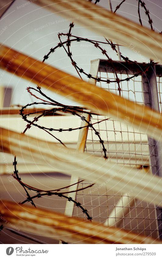 agressive Absperrung II Tod Angst gefährlich bedrohlich Todesangst Wut Grenze Gewalt Zukunftsangst Barriere Verzweiflung gefangen Gitter Flucht Aggression
