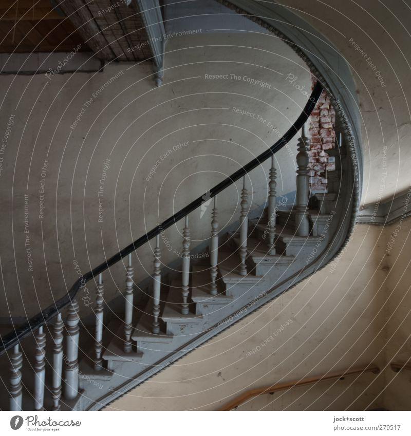 Stufe um Stufe Wand Treppe Treppenhaus Holz authentisch historisch Nostalgie Stil Höhenunterschied Treppengeländer diagonal geschwungen verwittert Pfosten