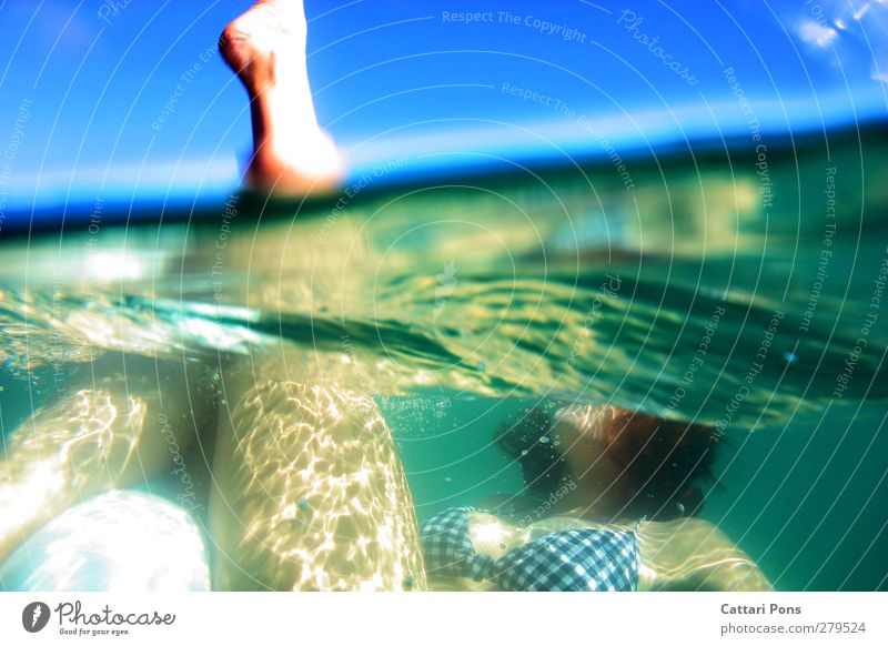 Synchronschwimmen - Anfängerin Schwimmen & Baden Im Wasser treiben Meer feminin Junge Frau Jugendliche Erwachsene Beine 1 Mensch 18-30 Jahre See Bikini Bewegung