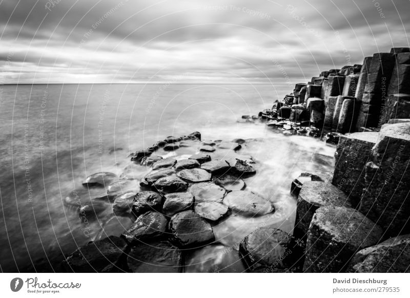 Ort der Entspannung Ferien & Urlaub & Reisen Sightseeing Meer Wellen Landschaft Himmel Wolken Wetter Felsen Küste schwarz weiß Nordirland Giant´s Causeway Stein