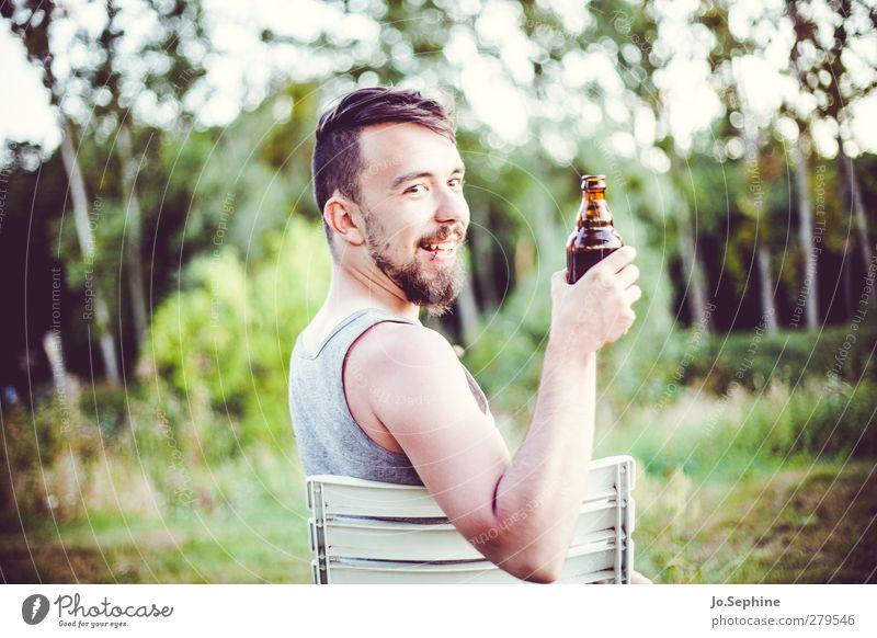 Cheers! Bier Lifestyle Stil Freude trinken Junger Mann Jugendliche 1 Mensch 18-30 Jahre Erwachsene Natur Wiese Wald Bart genießen Kommunizieren Lächeln sitzen