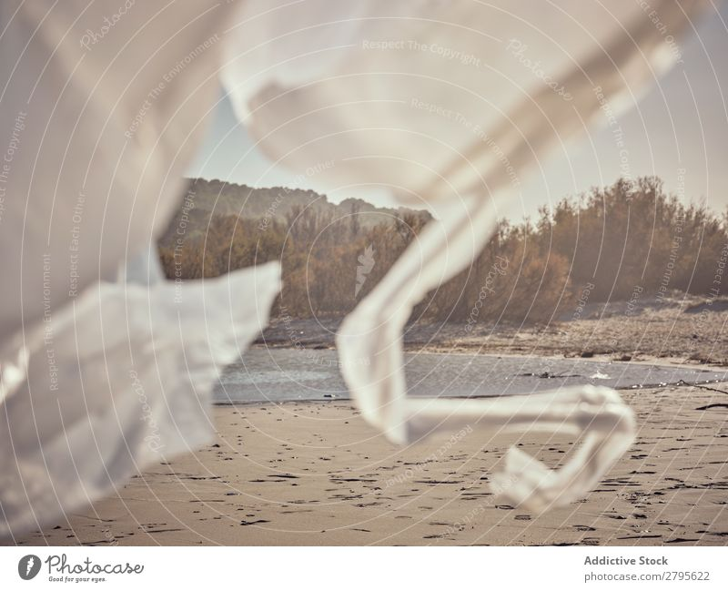 Mädchen verstrickt in wogendes Textil an der Flussküste winkend Küste Kind Hand Seite Wind Entwurf Sand Landschaft Strand Hilfsbereitschaft weiß Wasser Sonne