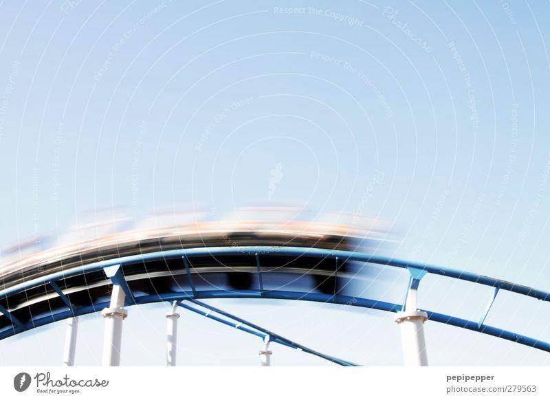 >>>>>>>>> Freizeit & Hobby Oktoberfest Jahrmarkt Schienenfahrzeug Bewegung fahren fliegen Stimmung Freude Glück Beginn Außenaufnahme Silhouette