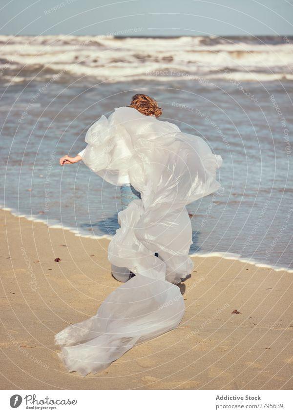 Kind, das sich in wogendem Textil an der Flussufer verstrickt hat. winkend Küste Mädchen Hand Seite Wind Sand Wasser Berge u. Gebirge Landschaft Strand