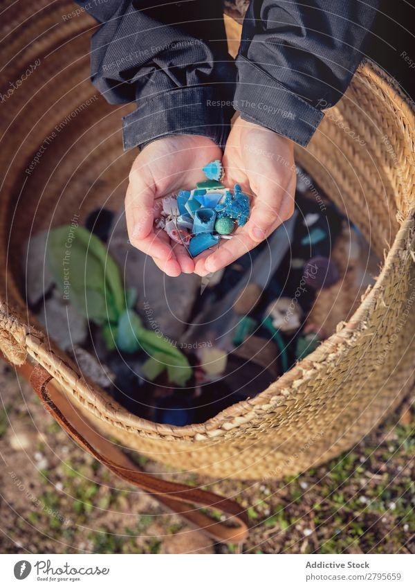 Junge mit Müllhaufen in den Händen in der Nähe des Korbes Müllbehälter Haufen Hand Jugendliche Anhäufung Container Boden Kunststoff Aufräumen Umwelt klein