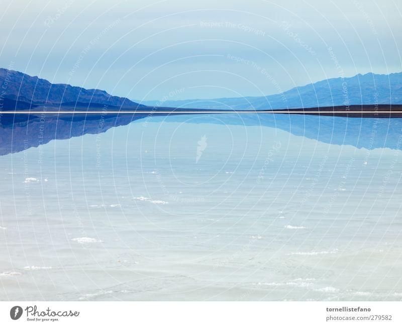 Blick auf die Berge des verdampften Wassers Ödland Death Valley National Park Salzwüste Abenteuer amerika unfruchtbar Becken schön Beautyfotografie blau