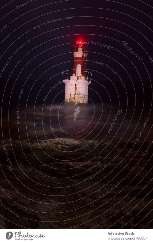 Leuchtturm an der felsigen Küste rot Meer Umhang Stein Felsen Natur Himmel Bucht Aussicht schön Leuchtfeuer Gebäude Unwetter Schaum Nebel Führung Licht