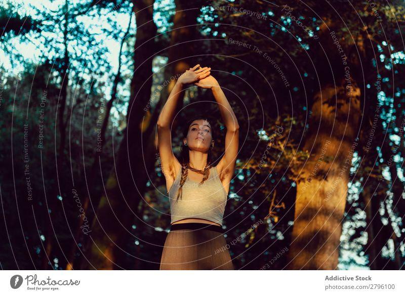 Junge Frau im majestätischen Wald ruhig Wegsehen harmonisch Natur Lifestyle Jugendliche