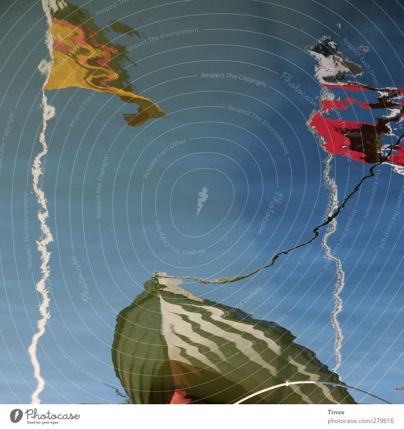 Wasserspiegelung eines Ruderbootes und 2 Flaggen Wolkenloser Himmel Schifffahrt Fischerboot Wasserfahrzeug Hafen Seil frisch mehrfarbig Wasseroberfläche Fahne
