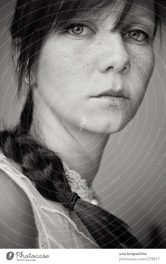 im Dunkeln mit den Schatten schlagen Gesicht feminin Junge Frau Jugendliche Erwachsene 1 Mensch 18-30 Jahre brünett Pony Zopf Denken träumen Traurigkeit dunkel