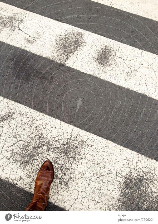 unterwegs Fuß 1 Mensch Verkehr Verkehrswege Personenverkehr Fußgänger Straße Wegkreuzung Zebrastreifen Bekleidung Leder Stiefel gehen alt Bewegung Ziel