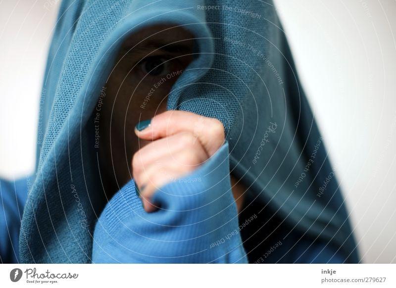 Schluß für heute Lifestyle Freude Freizeit & Hobby Junge Frau Jugendliche Leben Gesicht Hand 1 Mensch Kapuze Kapuzenpullover festhalten Blick blau Gefühle