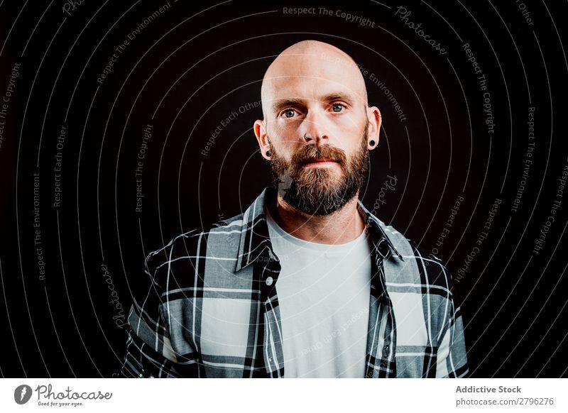 Junger kahler Typ auf schwarzem Hintergrund Mann Schickimicki Glatze Jugendliche bärtig T-Shirt Hand haarlos lässig gutaussehend Kunst Coolness Stil trendy