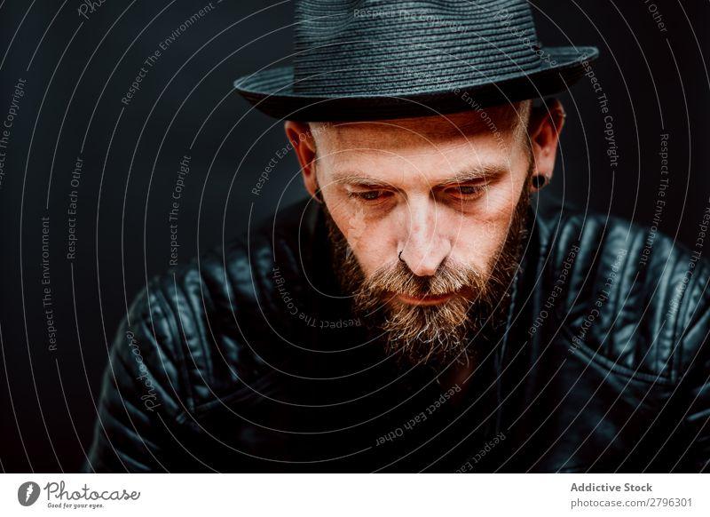 Junger bärtiger Typ in Lederjacke Mann Schickimicki Jugendliche Hut gutaussehend Coolness Stil lässig Studioaufnahme Interesse Macho brutal trendy einzigartig