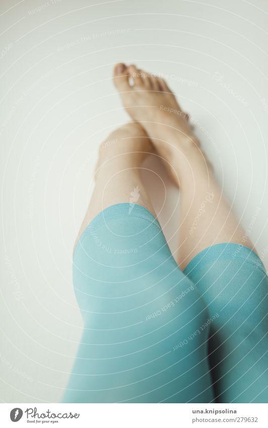 schüchtern Mensch Frau Jugendliche Erwachsene feminin Junge Frau Bewegung Beine Mode Fuß träumen 18-30 Jahre liegen natürlich frisch berühren