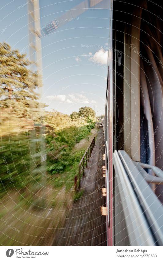 raus aus dem Zug Landschaft Bewegung Abteilfenster Reisefotografie Verkehr Ausflug Geschwindigkeit Eisenbahn Schönes Wetter fahren Mobilität Personenverkehr