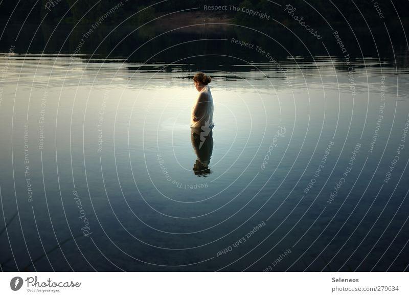 Still ruht der See Mensch Frau Natur Wasser Sommer Einsamkeit Erwachsene Landschaft Umwelt Küste träumen Schwimmen & Baden Wellen natürlich nass Seeufer