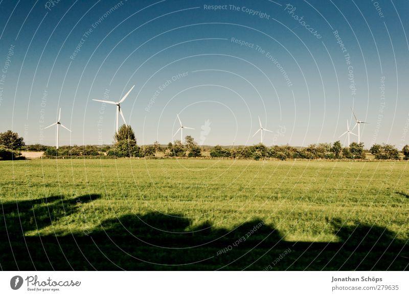 Windräder Natur blau grün weiß Landschaft Umwelt Wiese Feld Wind Klima Energiewirtschaft mehrere Schönes Wetter Sauberkeit Windkraftanlage ökologisch