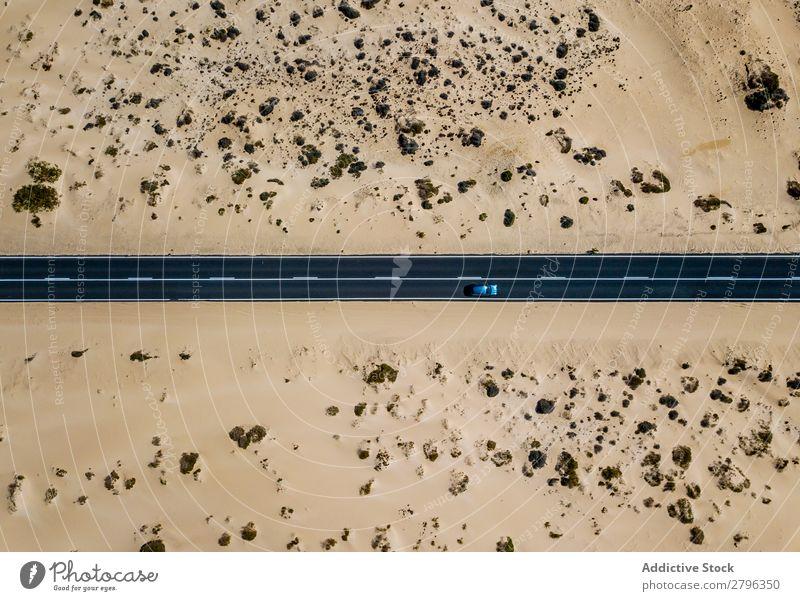 Autofahren auf der Straße in der malerischen Wüste PKW Spanien Fluggerät Drohnenansicht Fuerteventura las palmas Ferien & Urlaub & Reisen abgelegen ausleeren