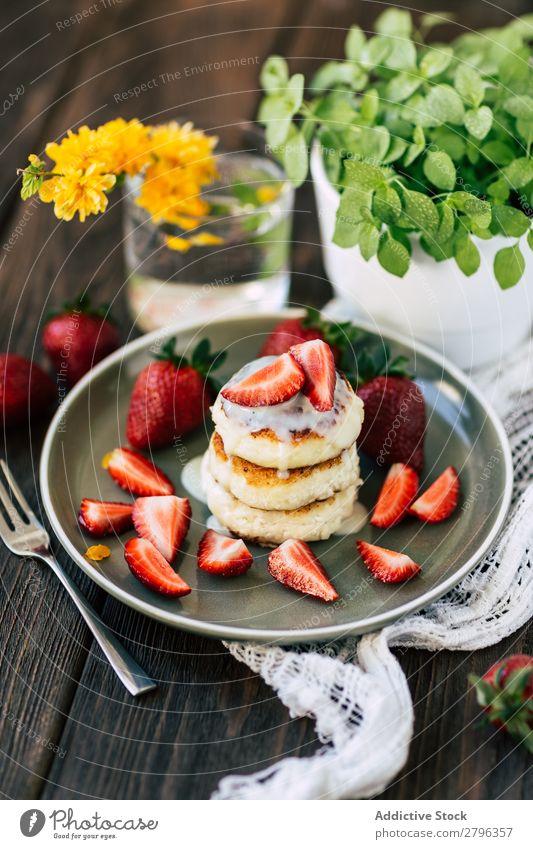 Leckere Pfannkuchen mit Erdbeeren Pancake Rocks Teller Tisch Blume Pflanze Topf Lebensmittel Frühstück Dessert süß lecker Mahlzeit Stapel Feinschmecker Morgen