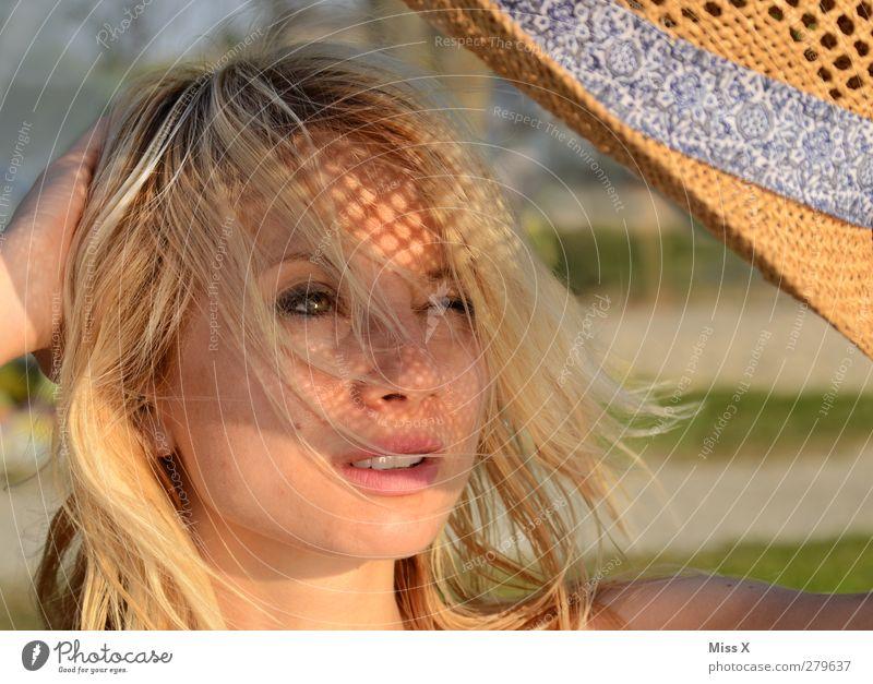 Sonnenhut schön Gesicht Sommerurlaub Sonnenbad Mensch feminin Junge Frau Jugendliche 1 18-30 Jahre Erwachsene Hut blond langhaarig Wetterschutz Zwinkern