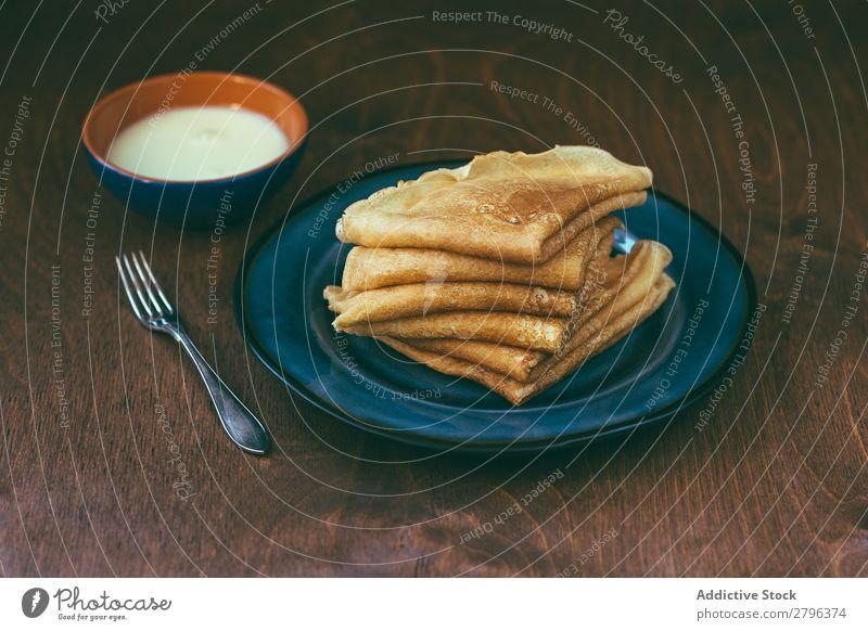 Sauce in der Nähe des Blini-Stapels blini Saucen Frühstück Russen Tradition Gabel Teller Schalen & Schüsseln Creme Pancake Rocks Crêpe gebastelt braten