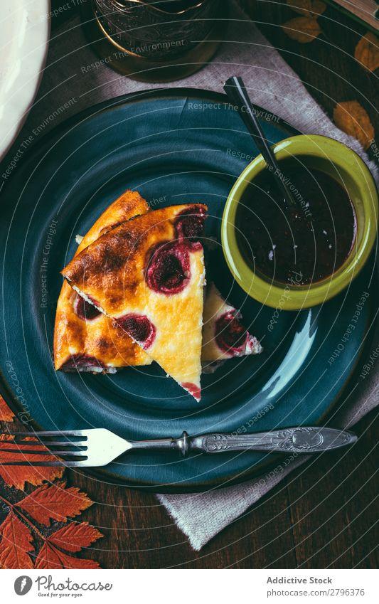 Teller mit Marmelade und Kuchen Pasteten Tisch Gabel Schalen & Schüsseln Teile Portion Dessert Backwaren Lebensmittel Snack süß frisch geschmackvoll lecker