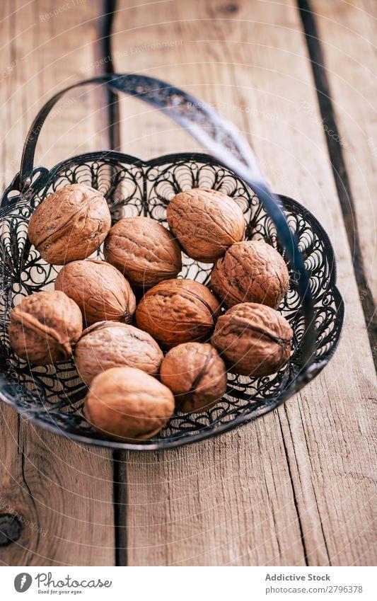 Zierkorb mit Walnüssen Korb Tisch ornamental Metall Gesundheit natürlich Zutaten Snack organisch geschmackvoll lecker frisch Haufen Sammlung Zusammensetzung