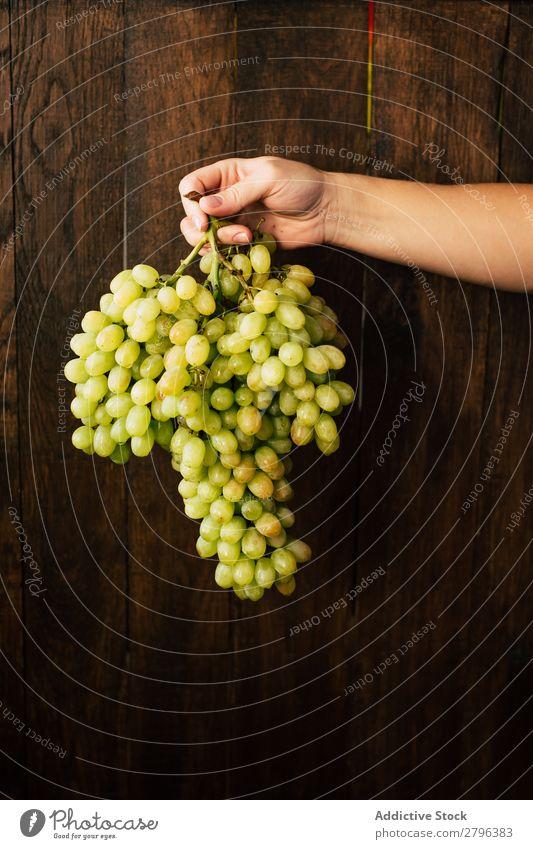 Handgepflückt mit Weintrauben Wand Holz Frau Frucht Ernte Pflanze