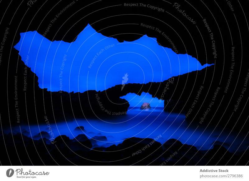 Wunderschöne Höhle in der Nähe von Wasser und blauem Himmel Stein Dunkelheit hierro island Kanaren Spanien Nacht Schlucht Meer Himmel (Jenseits) Oberfläche